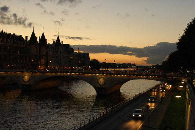 パリのセーヌ河岸の画像 p1_23